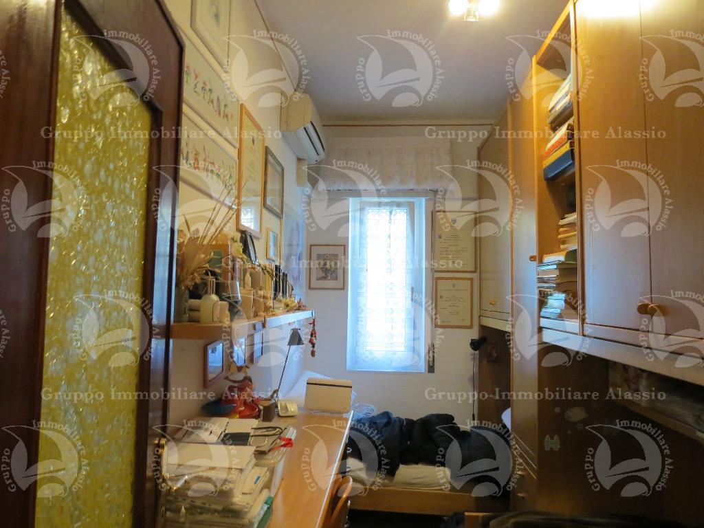 Alassio vendesi luminoso appartamento con vista aperta