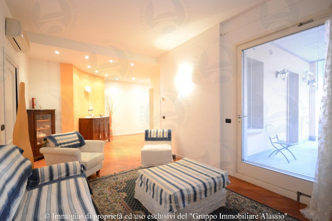 Signorile appartamento con terrazzo, zona Piazza Partigiani a 30 metri dal mare.