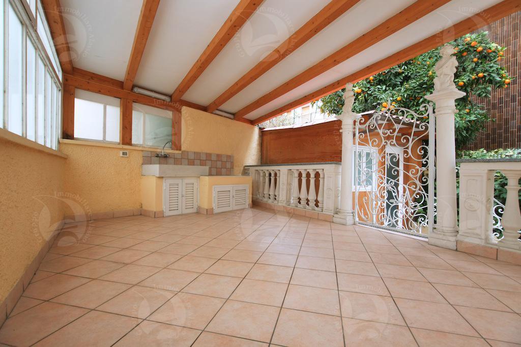 Alassio trilocale ristrutturato e arredato di nuovo con terrazzo e cortile.