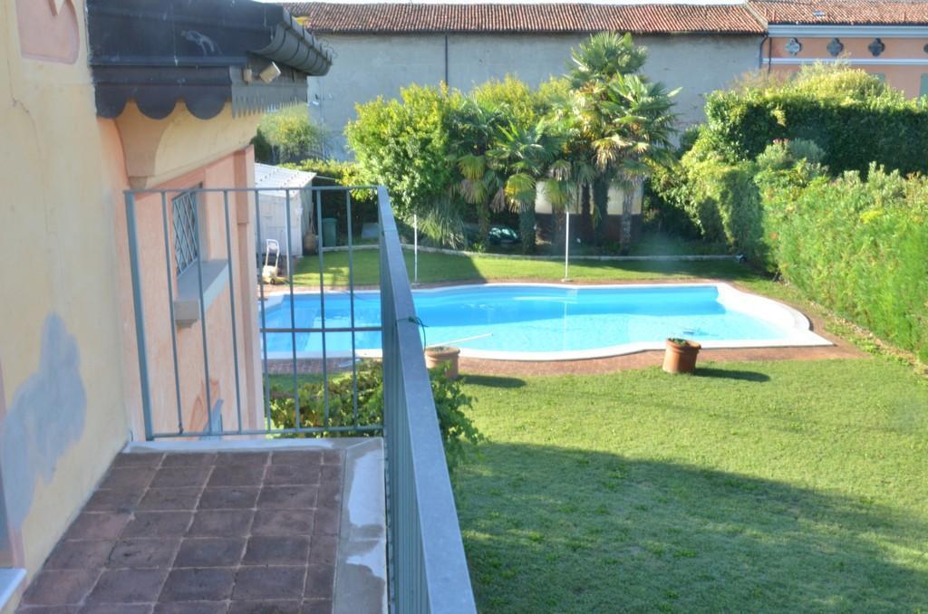 Elegante villa singola con ampio giardino e piscina - 8