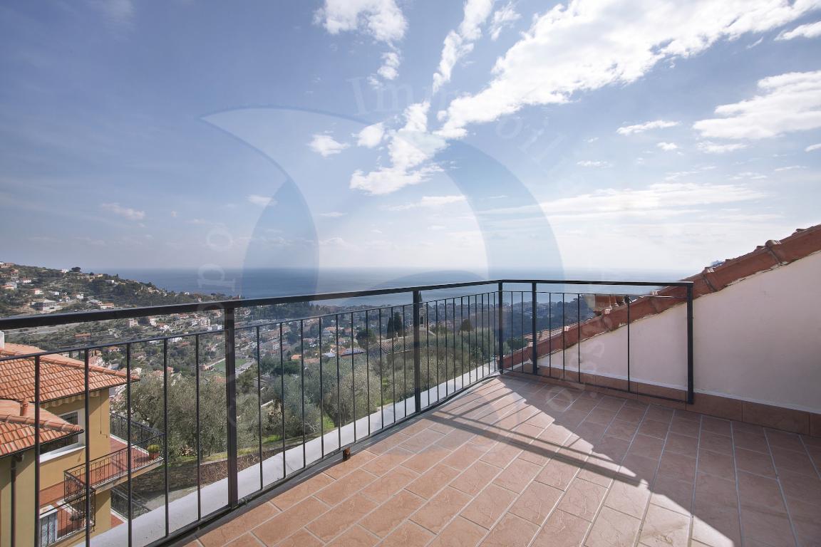 Alassio, Frazione Moglio, grazioso appartamento mansardato con bellissima vista mare.