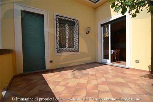 Nel levante Alassino, appartamento con terrazzo in villa ristrutturata.