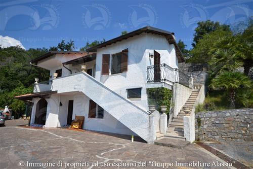 Villa con vista panoramica mare e colline.