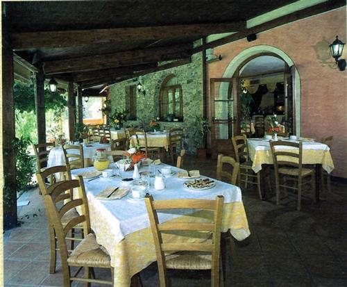 RIF.-05VE643-Ortovero, vendesi ristorante/albergo comprensivo di licenza, libero.