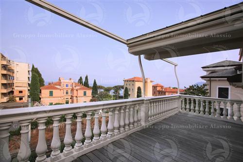Attico con grande terrazzo vista mare in villa di nuova costruzione a 100 metri dal mare.