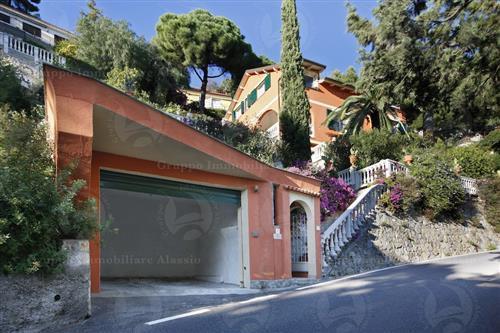 Andora. Signorile villa vista mare composta da tre appartamenti indipendenti.