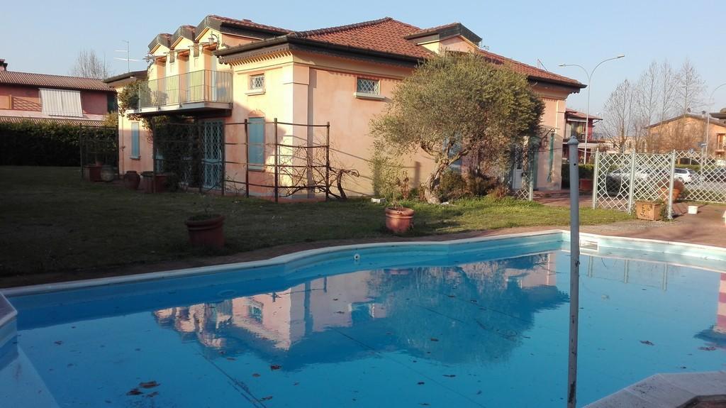 Elegante villa singola con ampio giardino e piscina - 5